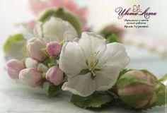 Купить или заказать Колье 'Весны дыхание' с цветами из полимерной глины в интернет-магазине на Ярмарке Мастеров. Колье украшает композиция с цветами из полимерной глины ('холодного фарфора'). В композицию входят яблочко, роза с бутонами, цветы сирени и яблони, несколько листочков. Все детали изготовлены из полимерной глины, тонировка выполнена масляными красками. Завязывается на ленту, можно сделать на замочке. Бусины на данном колье - пластиковые, под жемчуг. Очень женственное украшение.