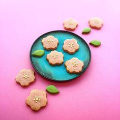 いつもより早くて焦っています。 18日には東京で開花が始まり、28日には満開という予想を聞いて、いてもたってもいられない気持ちになりました。 そわそわしながら開封した今日のおやつは「さくらモチーフクッキー」。大阪のQuele de Lapinさんから取り寄せた季節の焼き菓子です。色づけにはビーツが用いられていて、今年はピンクが少し濃い目です。 発売中SPUR4月号では「花咲く東京ナビゲーター」でとっておきのお花見アドレスを紹介しています(編集G)#SPURおやつ部#桜#桜#さくらモチーフクッキー#SPUR4月号#SPUR桜#鈴木麻起子#spurflower#SPURうつわ #鈴木麻起子#SPUR編集G