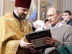 TURGINOVO, ROSJA. Święta zmiękczają nawet najtwardsze serca! Sam Putin zjawił się z tej okazji w XIX-wiecznym prawosławnym kościele. Nawet sweterek ma jakby z tamtej epoki…