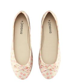 Cotton ballet flats with a printed pattern. Bow at front and rubber soles.