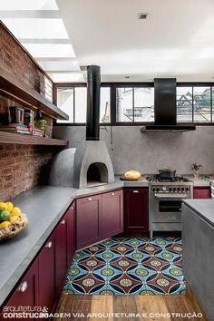 Eles voltaram! Os armários de cozinha coloridos estão em alta! Eles combinam com os mais variados estilos (até mesmo os mais clássicos), personalidades, materiais, fornecedores e bolsos e são uma forma de criar espaços interessantes e com estilo já que a maior parte das cozinhas é americana, e, portanto, integrada à sala e à área social da casa. Já sabe qual combina mais com você? Confira nossas dicas!