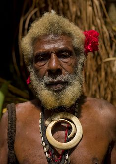 Etul, chief of Fanla, Ambrym, Vanuatu. He was one of the most respected chief in Ambrym. The statues are very impressive. The pig teeth he's got on his chest has a great value. Vanuatu, We Are The World, People Around The World, West Papua, South Pacific, Pacific Ocean, Island Nations, Cultural Diversity, Jolie Photo
