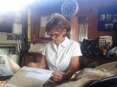 Marisol Callejas revisando documentos en su oficina en la nueva fábrica de la Pista Sub-Urbana de Lolo Morales en 2014