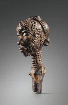 LULUWA FIGURE 15 cm Dans la pensée Luluwa, une femme sujette aux fausses couches ou ayant perdu plusieurs enfants dans les jours suivant la naissance était considérée comme victime de sorcellerie. Elle était alors initiée au Bwanga bwa cibola et se faisait remettre, sur ordre du devin, une ou plusieurs statuettes sculptées... dans le passé, une femme recevait toujours deux statues, dont l'une était souvent une réplique miniature de l'autre et qu'elle devait porter sur elle ». Ce...