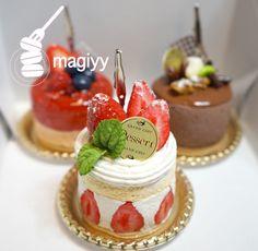 ケーキのメモスタンド納品しました♪ 西武池袋本店ホワイトデー期間限定ショップ|magiyyのフェイクスイーツ&クラフト Desserts Around The World, Just Desserts, Delicious Desserts, Tiny Food, Fake Food, Japan Dessert, Mini Pastries, Cake Shop, Sweet Cakes