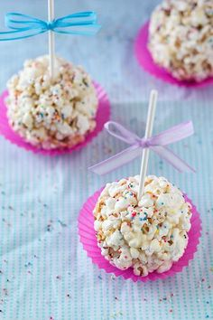 Popcorn Balls Marshmallow Popcorn Balls - Too cute! Would make great birthday treats for the classroom too. Covered in sugar! :) Could use rice krispies too.Could It Be Could It Be may refer to: Köstliche Desserts, Delicious Desserts, Dessert Recipes, Yummy Food, Yummy Treats, Sweet Treats, Marshmallow Popcorn, Cake Pops, Favorite Recipes