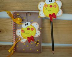 tapa agenda y làpiz-mariposa Crafts To Sell, Diy And Crafts, Crafts For Kids, Arts And Crafts, Foam Crafts, Paper Crafts, Decorate Notebook, Pencil Toppers, Class Decoration