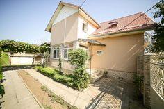 Vă propunem înspre achiziție o casă mare cu 7 camere, 6 dormitoare, 2 bucătării, 3 băi, 2 terase, 1 balcon, cu o curte generoasă și grădină cu sistem de irigații în localitatea Șagu lângă Arad. Proprietatea este renovată în anul 2016 și de atunci s-a mai locuit foarte puțin timp în casă, proprietarii fiind plecați.