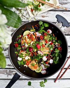 Aasialainen kana-nuudeliwokki maistuu erityisesti kesäruokana, koska se nautitaan huoneenlämpöisenä tai hieman viilennettynä. Wokki saa hyvän makunsa mm. riisivermisellistä, tuoreista kasviksista ja yrteistä. Itämaiset mausteet ja maustekastikkeet viimeistelevät maut, tehden siitä juuri sopivan mausteista. #kana #aasialainen #nuudeli #wokki #kevyt #ruoka #resepti #kesäruoka Salty Foods, Chili, Curry, Meals, Baking, Dinner, Ethnic Recipes, Curries, Chile