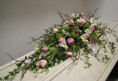Vackra blommor till ett sista farväl. Priset är ca pris för kistdekorationens storlek på bilden.