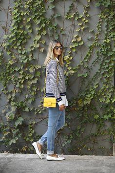 produção casual, relax e elegante com calça jeans, slippers, camisa branca e malha. O look ficou charmoso e interessante por conta da bolsa amarela.