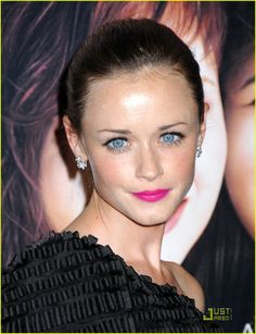 Aliexis Bledel bright winter, look at those eyes they are still more captivating than the bright pink lipstick, a true Bright!