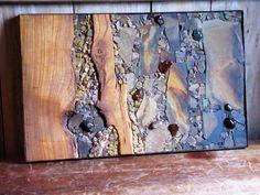 """""""DIVERSIDADE HARMÔNICA"""" Painel musivo medindo 46,5 x 74,5 cm, confeccionado com a técnica direta, busca a integração harmônica de diferentes materiais: madeira, pedras naturais e pedras roladas (ágatas), em diversas tonalidades e esfumaturas."""