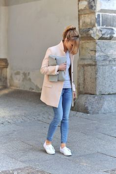 Classic denims, white sneakers, pink coat and fold over clutch.