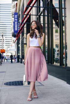 falda plisada rosa con crop top blanco