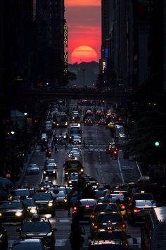 """Puesta de sol en la calle 42, durante la aparición bianual del llamado """"Manhattanhenge"""" en Nueva York, 29  mayo 2013."""