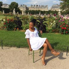 Robe brodée – Zara Collier sautoir – H&M Sandales en camel « collection exclusive » – New look