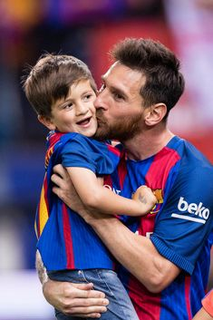 MADRID, SPAIN - MAY Lionel Andres Messi of FC Barcelona and his son Thiago during the Copa Del Rey Final between FC Barcelona and Deportivo Alaves at Vicente Calderon Stadium on May 2017 in Madrid, Spain. (Photo by Power Sport Images/Getty Images) Football Player Messi, Football Players Images, Messi Soccer, Nike Soccer, Soccer Cleats, Football Soccer, Messi Son, Lional Messi, Pogba Wallpapers
