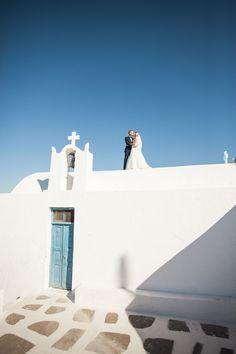 Wedding photo shoot in Imerovigli, Santorini #santoriniphotographer #santorini #greekisland #santoriniwedding #skaros #evarendlphotography