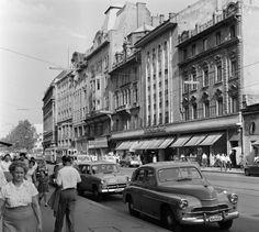 1960, Kossuth Lajos utca. Jobbra az ekkorÚTTÖRŐ ÁLLAMI ÁRUHÁZ, ami később egyszerűenÚttörő áruház. De volt mégÚTTÖRŐ és IFJUSÁGI ÁLLAMI ÁRUHÁZis.A