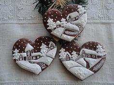 Vánoční srdíčka s chaloupkami Perníček ve tvaru srdce,ručně malovaný bílkovou polevou. Cena je za 1 ks ve velikosti 9 cm,zdobený stužkou na zavěšení a balený do celofánu. Tento výrobek je pouze dekorační.