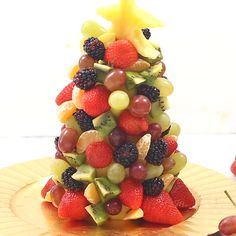 Yesterday the girls and I had a really fun time making an edible fruit Christmas tree! Fruit Christmas Tree, Christmas Nibbles, Christmas Appetizers, Healthy Christmas Treats, Vegan Christmas, Fruit Platter Designs, Fruit Buffet, Fruit Tables, Edible Fruit Arrangements