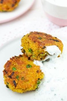 Vegetarische Bulgur-Bratlinge mit Minze-Joghurt-Soße Vegetarian patties with bulgur and mint dip – quick & easy and ideal for the whole family Gluten Free Recipes For Dinner, Veggie Recipes, Healthy Dinner Recipes, Vegetarian Recipes, Big Mc, Food Inspiration, Easy Meals, Food And Drink, Diy Blog
