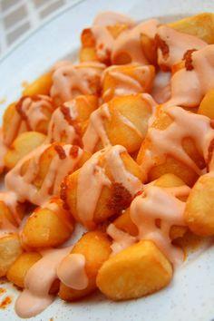 PATATAS BRAVAS INGREDIENTES: 1 cucharadita de pimienta molida 1 cucharadita de tabasco 50 grs. de mahonesa 25 grs. de kétchup 200 grs. de patatas en gajos Sal ELABORACIÓN: Ponemos el tabasco, la pimienta, el kétchup, y la mahonesa en la termomix, mezclamos bien . Se fríen las patatas gajo. Se colocan en un plato. Se pone la mezcla y se presentan en un bouquet, sobre las patatas.