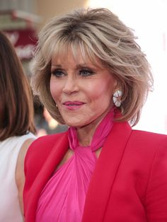 Jane Fonda Photos - Jane Fonda is seen outside 'Book Club' Premiere at Regency Village Theatre in Los Angeles, California. - Jane Fonda Outside 'Book Club' Premiere Haircuts For Over 60, Over 60 Hairstyles, Blonde Bob Hairstyles, Mom Hairstyles, Older Women Hairstyles, Medium Layered Hair, Short Layered Haircuts, Layered Bob Hairstyles, Short Hair With Layers
