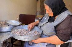 Η ζωή στο χωριό μέσα από 30 υπέροχες, νοσταλγικές φωτογραφίες Old Couples, Decorative Bowls, Greece, Breakfast, Food, Homeland, Photography, Women, Fotografia
