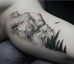 Le tatouage montagne est une option originale pour tous les fans de la nature   vous pouvez opter pour un mini tatoo ou avoir tout un écosystème tatoué sur votre corps.