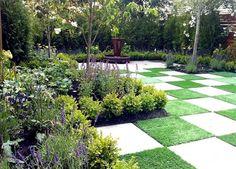 Lek med former, mönster och nivåer. En gräsmatta behöver inte vara platt och tråkig. Sätt den i fokus! Gräsmattan kan vara den öppna yta som behövs för att vila ögat och kunna uppskatta allt annat runt omkring.