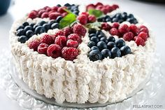 This raspberry meringue pie is the bomb! So refreshing and absolutely delicious! Talk about a WOW dessert! Raspberry Meringue, Meringue Pavlova, Meringue Pie, Pie 5, Sweetened Whipped Cream, Norwegian Food, Fun Deserts, Frisk, Beautiful Cakes