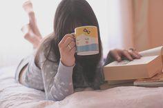 Sa tasse de thé et son roman préféré ...et plus rien ne peut la perturber..!