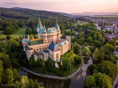 Bojnice Castle is a medieval castle in Slovakia built in the century. Bojnice Castle is one of the most visited citadels in Slovakia. Chateau Medieval, Medieval Castle, Beautiful Castles, Beautiful Places, Scotland Castles, Voyage Europe, Castle Ruins, French Cottage, Kirchen