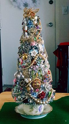 vintage christmas tree New Diy Christmas Tree Costume Old Jewelry Ideas Christmas Tree Costume, Diy Christmas Tree, Christmas Jewelry, Christmas Projects, Vintage Christmas, Christmas Decorations, Christmas Ornaments, Tree Decorations, Creative Christmas Trees