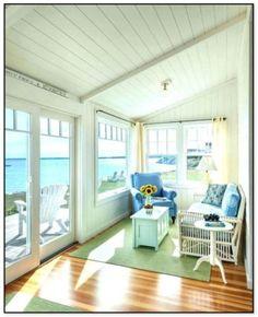 Beach bungalow à Portsmouth, dans le Rhode Island, conçu par Ronald F. Photo de Nat Rea (via House of Turquoise). Beach Cottage Style, Beach Cottage Decor, Coastal Cottage, Coastal Living, Cozy Living, Coastal Decor, Cottage Living Rooms, Cottage Homes, Living Room Decor