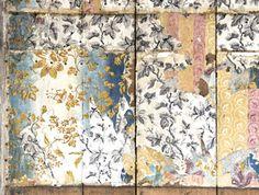 op de eerste verdieping van Keizersgracht 387 in Amsterdam een houten wand tevoorschijn met daarop een aantal 19de-eeuwse blokdrukken. Onze voorouders hielden van kleur: het onderste behang op de wand, een papierbehang uit de vroege 19de eeuw, had een banenpatroon in de kleuren okergeel, wit, roze en donkerroze. Daaroverheen een iriserend papierbehang.
