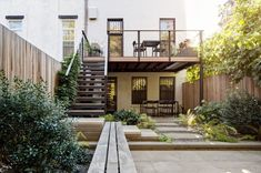 Multi-level deck, stairs with extending bench / walkway path, fun and exploration -- flatbush-modern-townhouse-garden-backyard-gardenista Townhouse Garden, Modern Townhouse, Townhouse Designs, Modern Garden Design, Garden Landscape Design, Modern Design, Contemporary Garden, Deck Design, Ponds Backyard