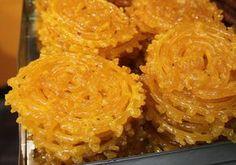 Ingrédients: 250 g de farine ½ sachet de levure 2 cuillères de yaourt 250 g de sucre de l'eau Huile pour la friture Prépara...