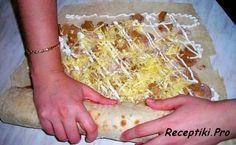 Рулет из лаваша с грибами и курицей (фото-рецепт) Нам понадобятся такие ингредиенты: • тонкий лаваш — 2 шт.; • курица — 1/4 шт.; • консервированные шампиньоны — 1 банка; • репчатый лук — 1 шт.; • сыр — 100 гр.; • майонез — по вкусу.