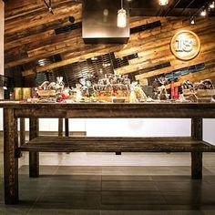 Mur et table en bois de grange. Signé Rustik bois de grange. #boisdegrange #barnwood #reclaimedwood