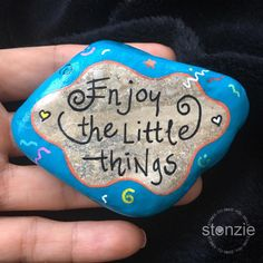 #EnjoyTheLittleThings ...... #taşboyama #stonzie #stonziebyidilo #gününsözü #quoteoftheday #stonepainting #rockpainting #paintedrocks… Pebble Painting, Pebble Art, Stone Painting, Dot Painting, Rock Painting Ideas Easy, Rock Painting Designs, Stone Crafts, Rock Crafts, Diy Crafts