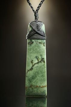 Maori Symbol Toki als Zeichen des Handwerkers und Künstlers. Jade Schmuck von Ernesto Ovalle im Fundinsel Shop.