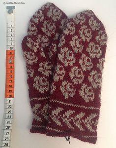 Gotländska stickade vantar – rosor Knitted Mittens Pattern, Knitted Slippers, Knit Mittens, Knitted Gloves, Knitting Patterns, Knit Stranded, Scandinavian Pattern, Fair Isle Knitting, How To Purl Knit