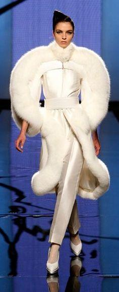 Fausto Sarli Roma - Haute Couture Fall Winter - Shows - Vogue. Fur Fashion, White Fashion, Fashion Details, Couture Fashion, Runway Fashion, Fashion Show, Womens Fashion, Fashion Design, Gq