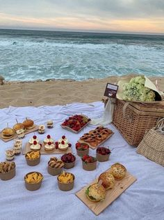 Picnic Date Food, Picnic Time, Picnic Foods, Picnic Ideas, Picnic Parties, Picnic Recipes, Outdoor Parties, Dinner Parties, Beach Picnic