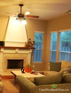 Su preciosa sala cuenta con una chimenea y excelente iluminación. #Salas #Interiores #Decoración
