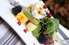 Ensalada de quesos y frutas tropicales