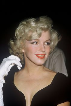 """A collection of modern unpublished candid colour photos of Marilyn Monroe at the wrap party for her 1958 film """"Some L. Estilo Marilyn Monroe, Marilyn Monroe Photos, Robert Mapplethorpe, Annie Leibovitz, Actrices Hollywood, Richard Avedon, Norma Jeane, Jolie Photo, Up Girl"""